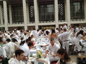 Diner en Blanc: Parisian Pop-up Picnickining en Masse